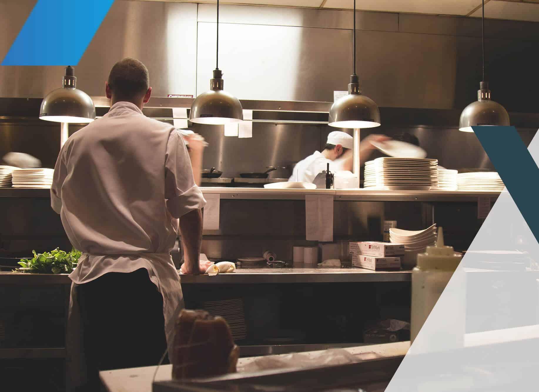 Un cuisinier travaille dans la cuisine d'un restaurant