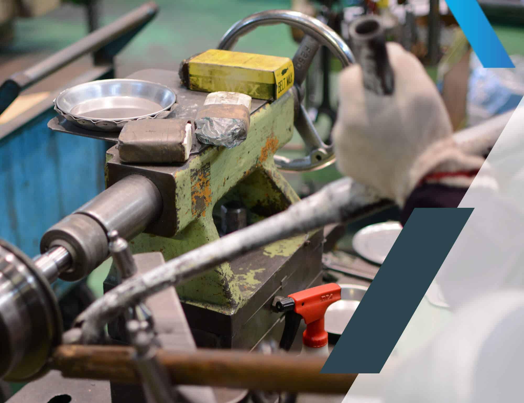 Un ouvrier utilise une machine dans une usine
