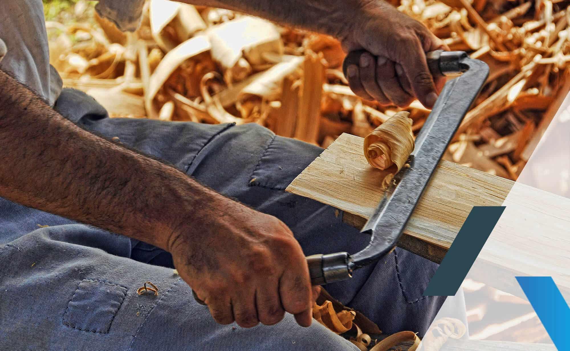 un menuisier qui rabote du bois
