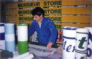 Peintre en lettres qui créer une enseigne en 1990